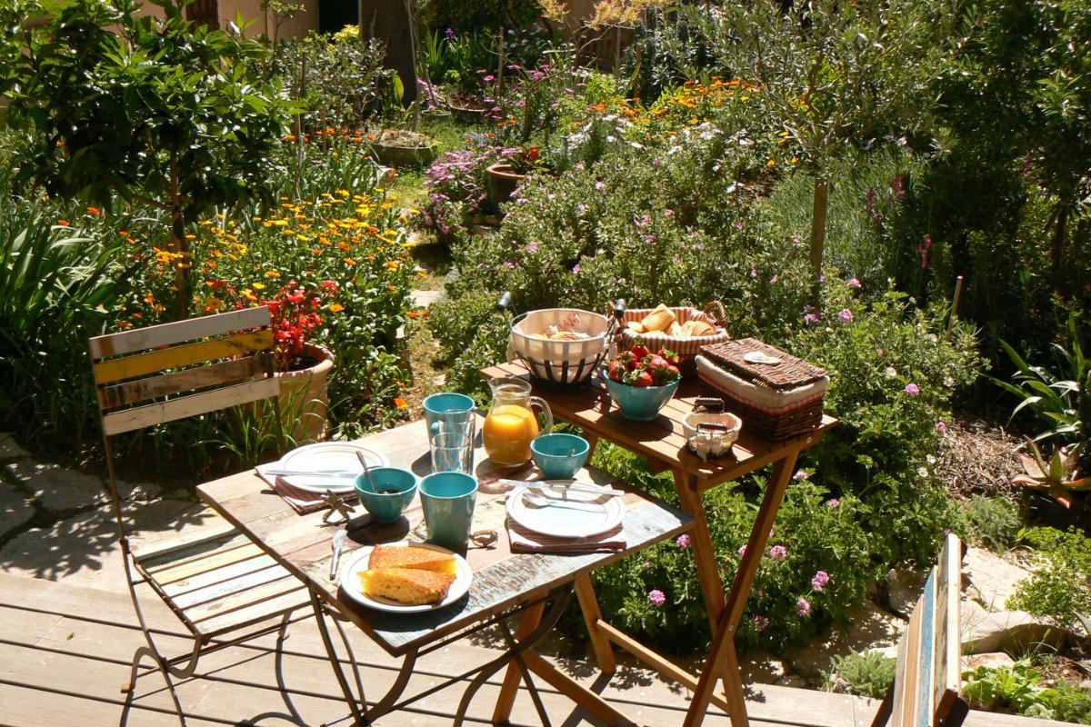 Le petit-déjeuner côté jardin - Chambre d'hôtes - Sète