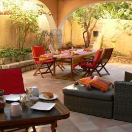 Le petit-déjeuner sur la terrasse ombragée - Chambre d'hôtes - Sète