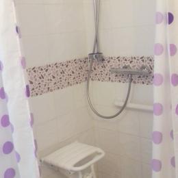Salle d'eau PMR avec douche italienne - Location de vacances - Lamalou-les-Bains