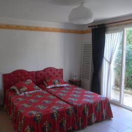Chambre du rez avec accès sur terrasse arrière - Location de vacances - PORTIRAGNES
