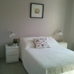 Chambre 1 : lit double avec penderie - Location de vacances - Lamalou-les-Bains