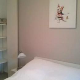 Chambre 2 :  Lit double avec penderie - Location de vacances - Lamalou-les-Bains