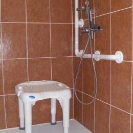Douche à l'italienne avec barre d'appui pour P.M.R. - Location de vacances - Lamalou-les-Bains