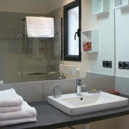 La salle d'eau avec douche italienne - Location de vacances - Valflaunès