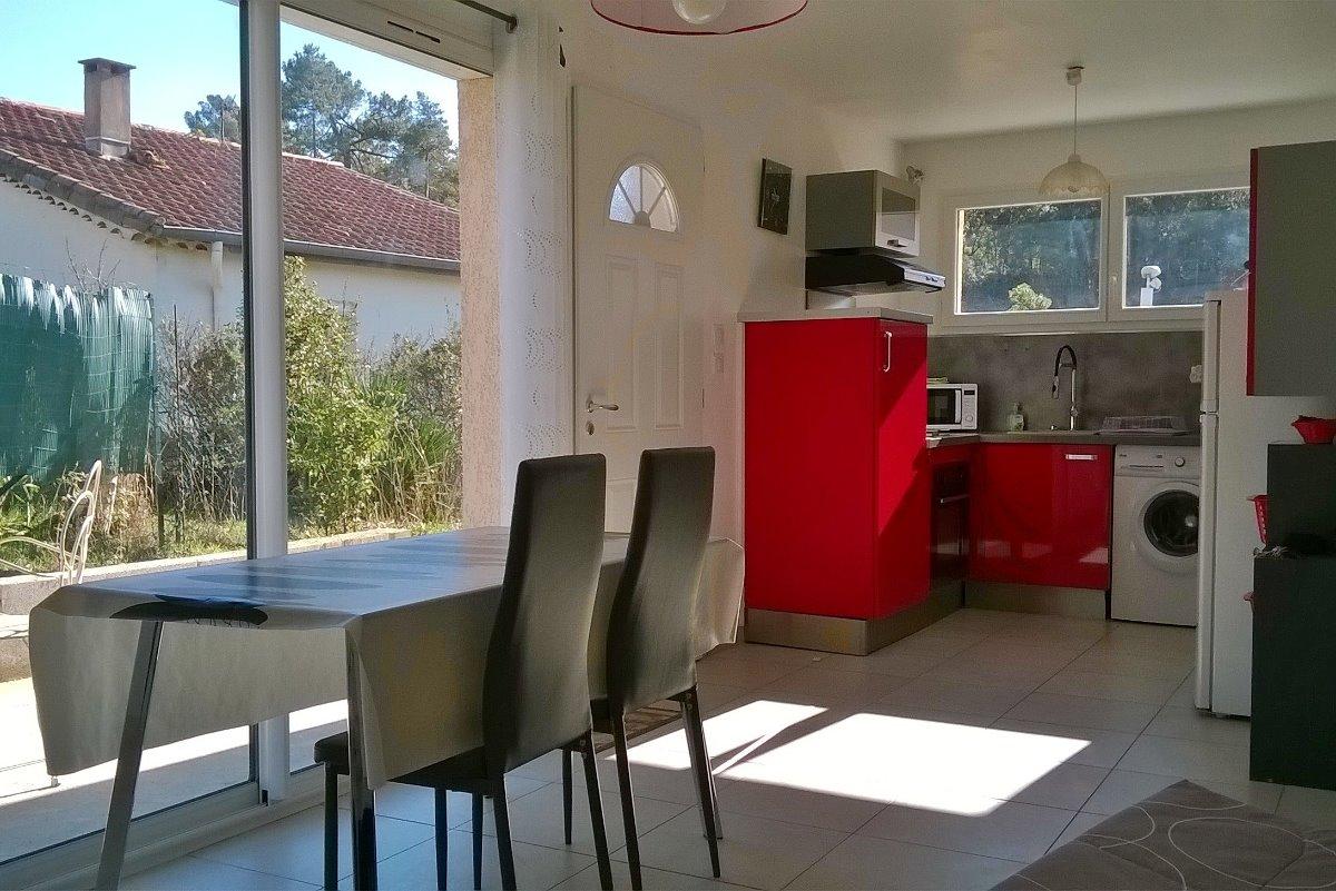 coin salon avec BZ, bureau, TV, table repas face à la porte fenêtre vue terrasse privée, climatisation - Location de vacances - Lamalou-les-Bains