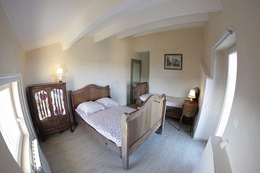 Chambre lit double et un lit simple, accès à une terrasse - Location de vacances - Saint-Étienne-de-Gourgas