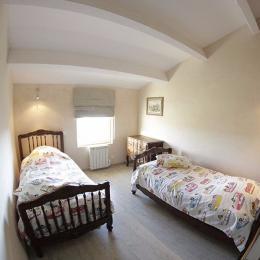 Chambre 2 lits simples - Location de vacances - Saint-Étienne-de-Gourgas