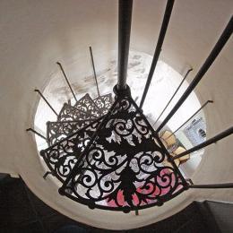 Bel escalier en colimaçon qui mène aux 3 chambres - Location de vacances - Saint-Étienne-de-Gourgas