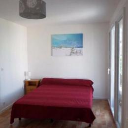 Chambre lit double et salle de bains - Location de vacances - Carnon