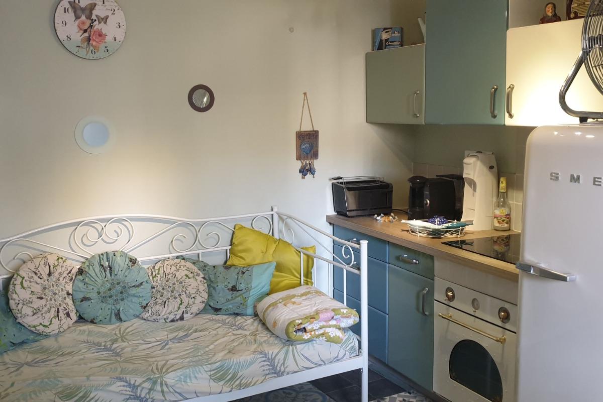 Pièce à vivre avec cuisine équipée style vintage  - Location de vacances - Cazouls-d'Hérault