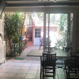 Le coin repas ouvrant sur le jardinet et le barbecue - Location de vacances - Sète