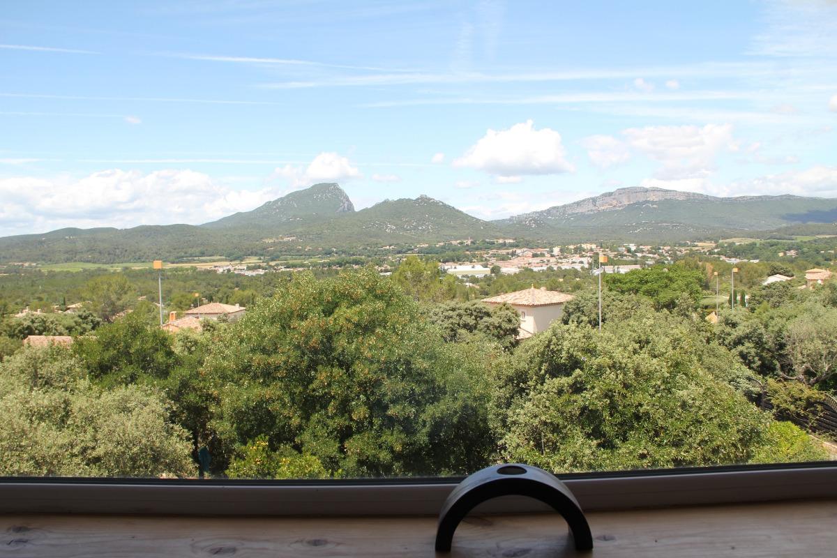 Vue du Pic Saint Loup et de l'Hortus de derrière la baie vitrée de l'étage. - Location de vacances - Saint-Mathieu-de-Tréviers