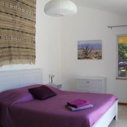 Chambre avec accès sur la terrasse de la piscine. - Location de vacances - Saint-Mathieu-de-Tréviers