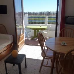 Le séjour et la terrasse - Location de vacances - VALRAS-PLAGE