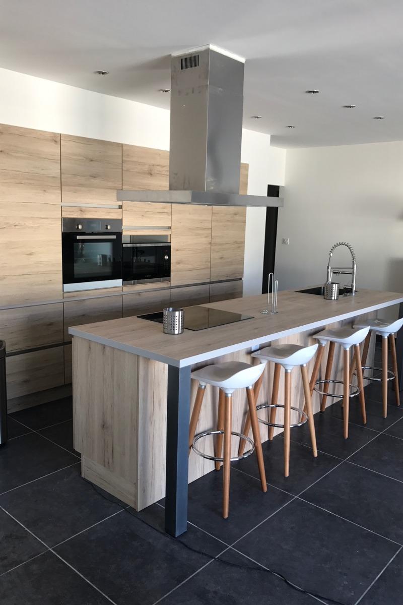 cuisine américaine équipée (four, four micro onde, lave vaisselle, frigo, table vitrocéramique) - Location de vacances - Thézan-lès-Béziers