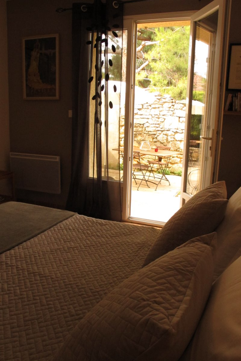 Terrasse salon de jardin à disposition - Chambre d'hôtes - Lansargues