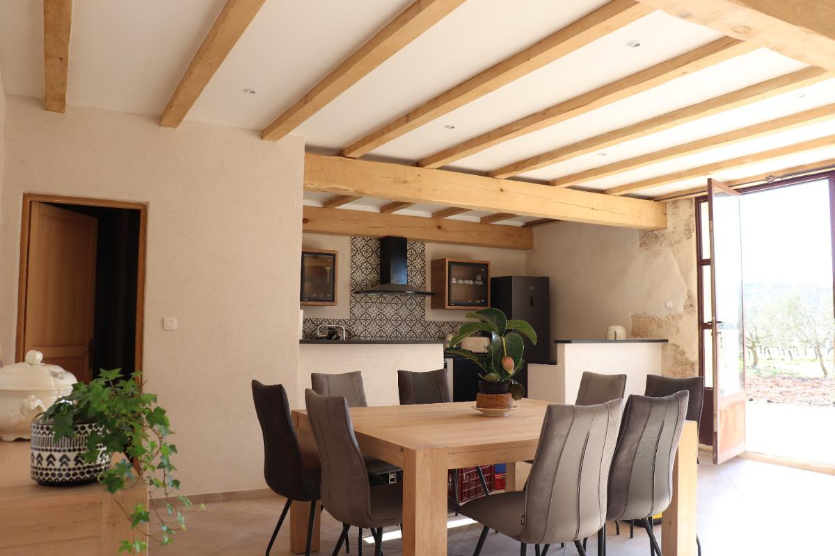 Au rez de chaussée, le coin cuisine et une grande table pour des repas conviviaux. - Location de vacances - Béziers