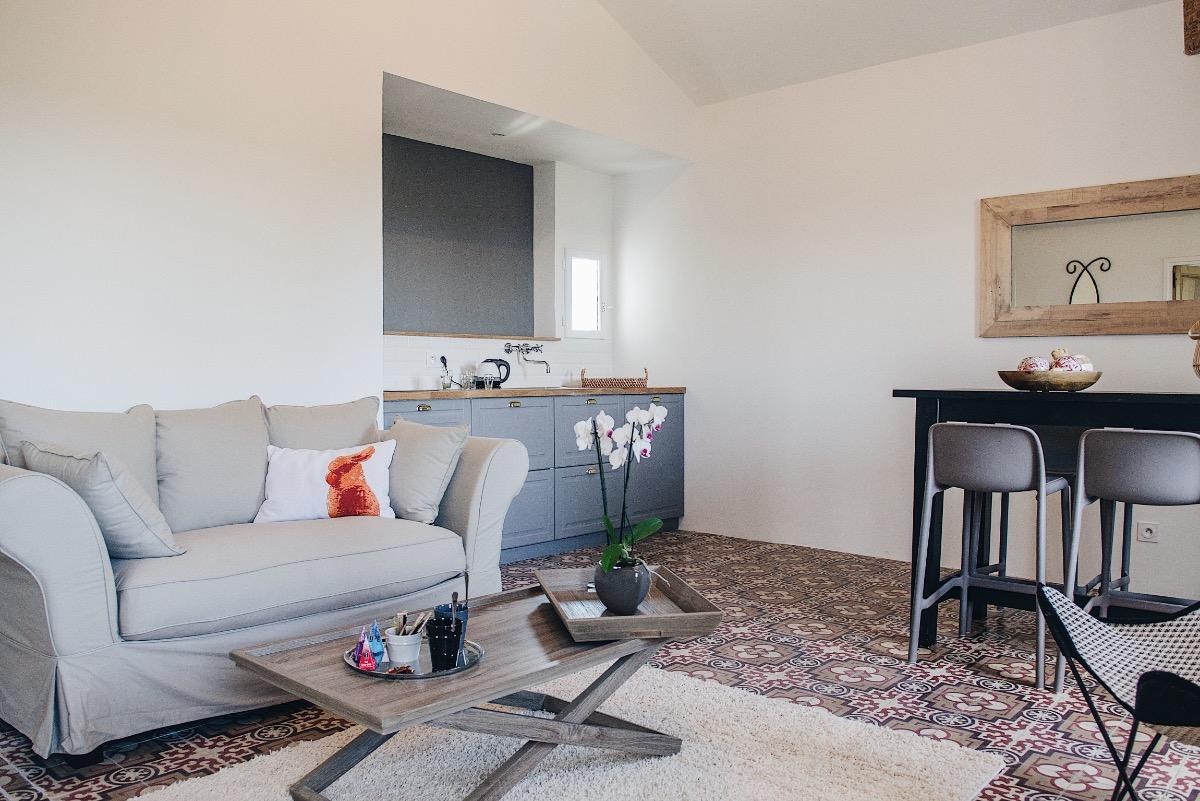 Salon privatif avec kitchenette - Chambre d'hôtes - PORTIRAGNES