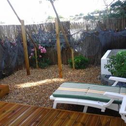 Un espace salon muni avec un canapé lit pour deux personnes - Location de vacances - Sète