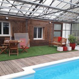 Piscine couverte avec terrasse et salon de jardin  - Location de vacances - Saint-André-de-Sangonis