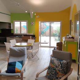 Cuisine équipée et ouverte sur le séjour - Location de vacances - Saint-André-de-Sangonis