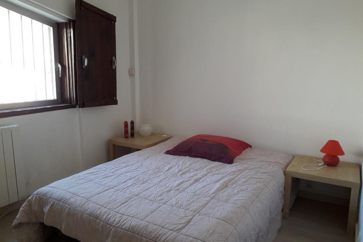Chambre avec lit en 140 cm - Location de vacances - La Grande-Motte