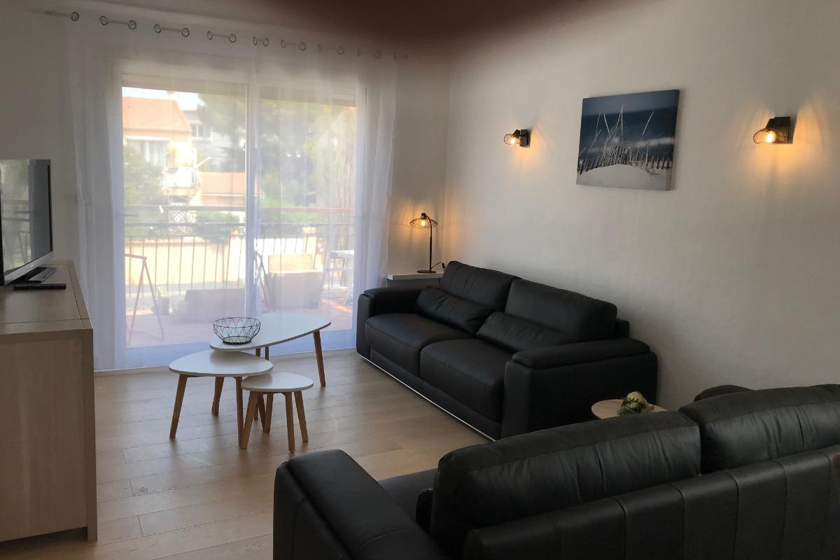 Espace Salon TV avec accès à un grand balcon  - Location de vacances - AGDE
