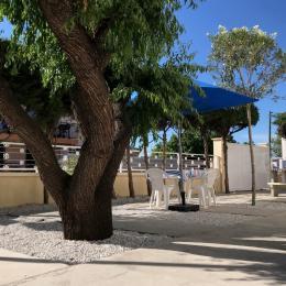 Terrasse ombragée avec salon de jardin et barbecue - Location de vacances - Agde