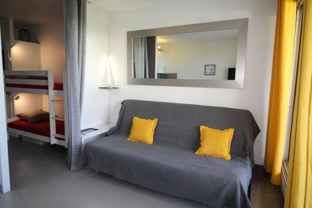 Coin salon - canapé couchage 140 - coin nuit cabine lit superposé  - Location de vacances - La Grande-Motte