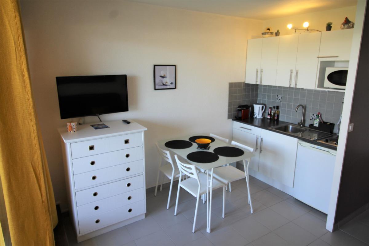 Coin cuisine - rangement TV - cafetière Nespresso - Bouilloire - four - four micro-onde - Location de vacances - La Grande-Motte