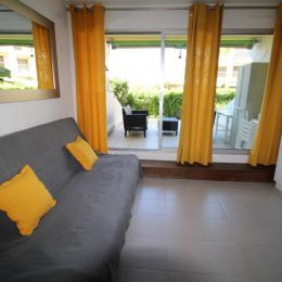 Salon - coin cuisine donnant sur grande terrasse - Location de vacances - La Grande-Motte