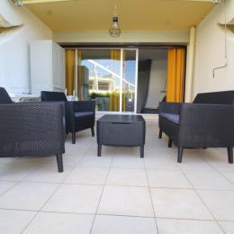 Terrasse - petite vue mer RDC - Table 4 personnes + chaises + chaises longues - Location de vacances - La Grande-Motte