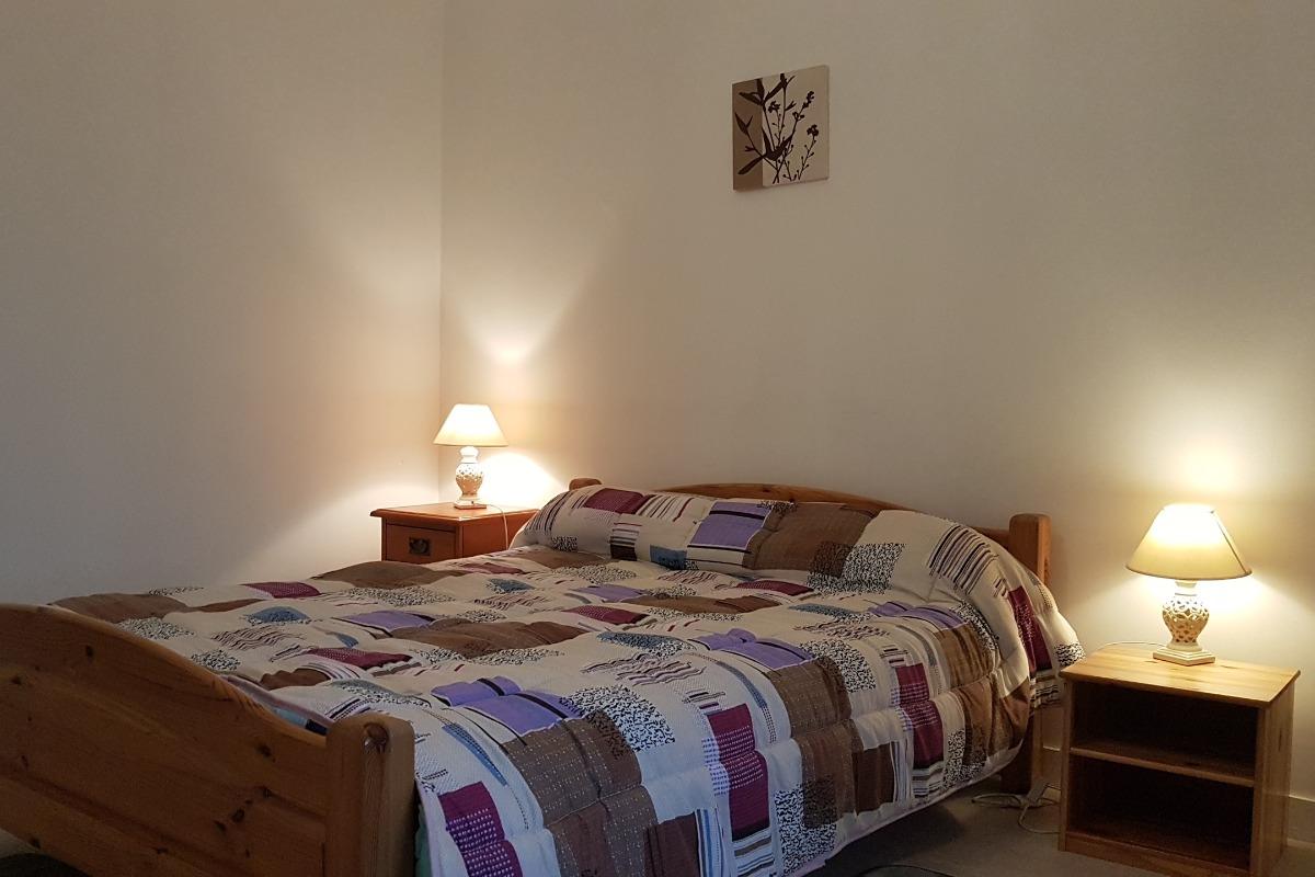 La pièce de vie avec l'espace repas et l'accès à la cuisine - Location de vacances - La Fresnais
