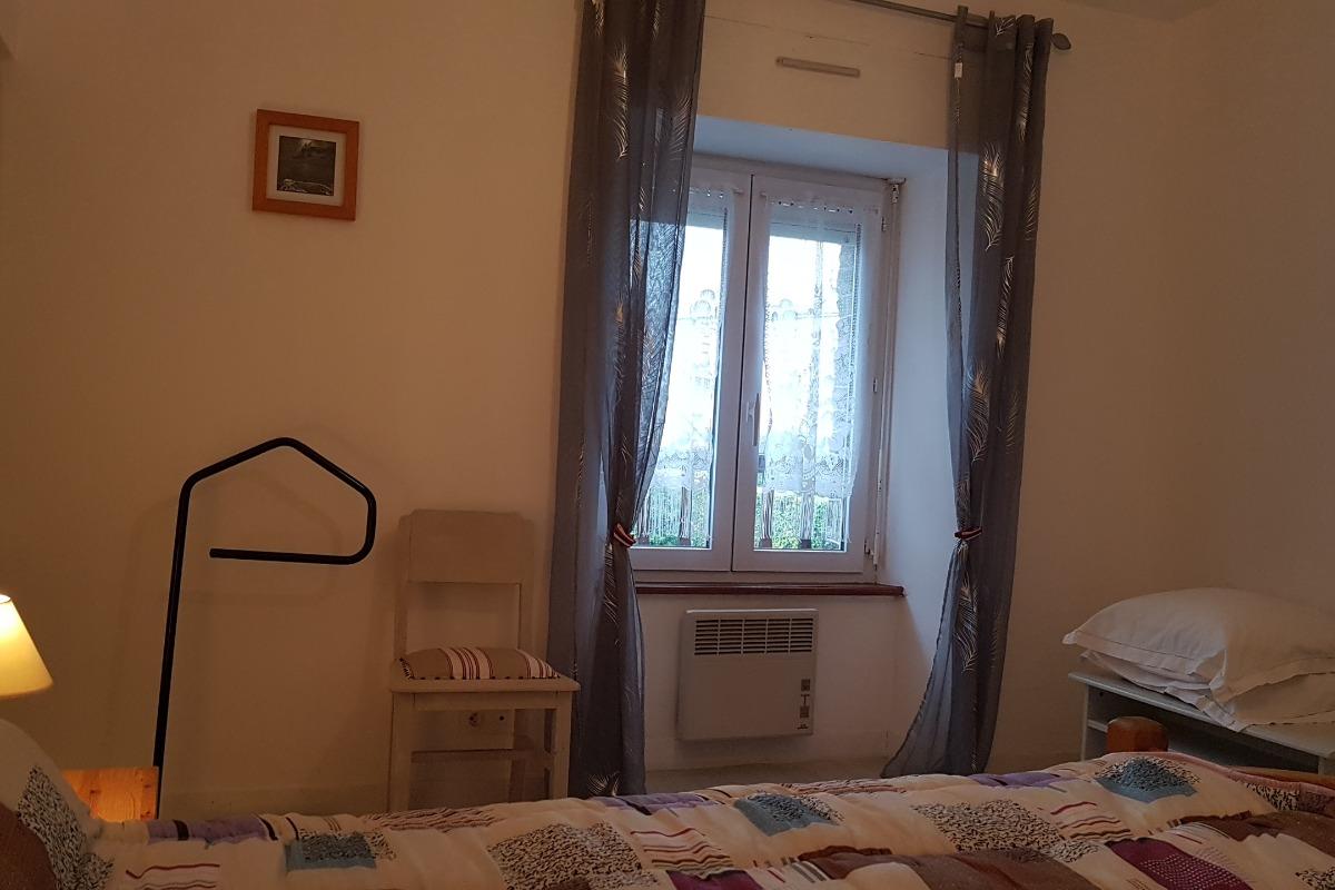 La chambre double de l'étage (lit 140cm) - Location de vacances - La Fresnais