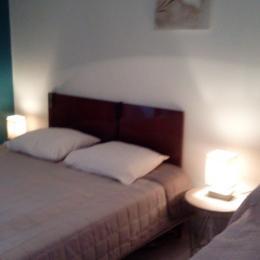 La 1ère chambre à l'étage, 2 lits électriques de 80cm transformables en lit 160cm et un lit de 90cm - Location de vacances - La Fresnais