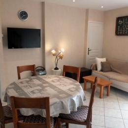 Le séjour-salon - Location de vacances - Saint Père Marc En Poulet