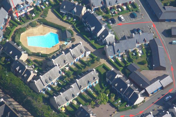 Le Domaine de la Varde où se trouve le Cyprès 105. La flèche rouge à gauche vous donne l'emplacement de l'appartement, et celle de droite la route à suivre pour accéder à votre parking privé. - Location de vacances - Saint-Malo