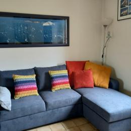 Une des chambres à l'étage avec 1 lit en 140 et 1 autre en 90 et une petite vue sur les îles Chausey. - Location de vacances - Cancale