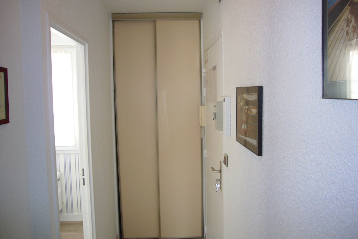 Entrée de l'appartement. A gauche, porte donnant sur la chambre et au fond un placard. - Location de vacances - Saint-Malo