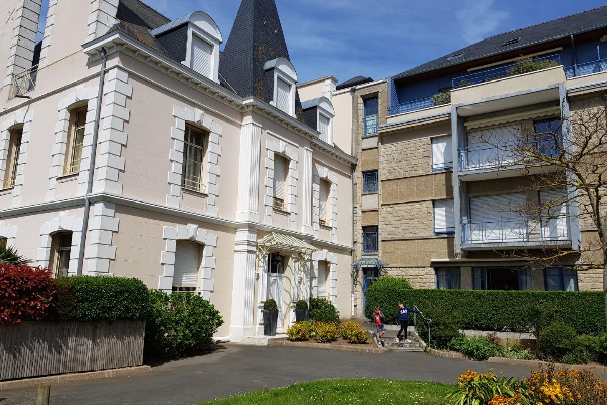 Entrée immeuble à droite de la malouinière blanche. - Location de vacances - Saint-Malo