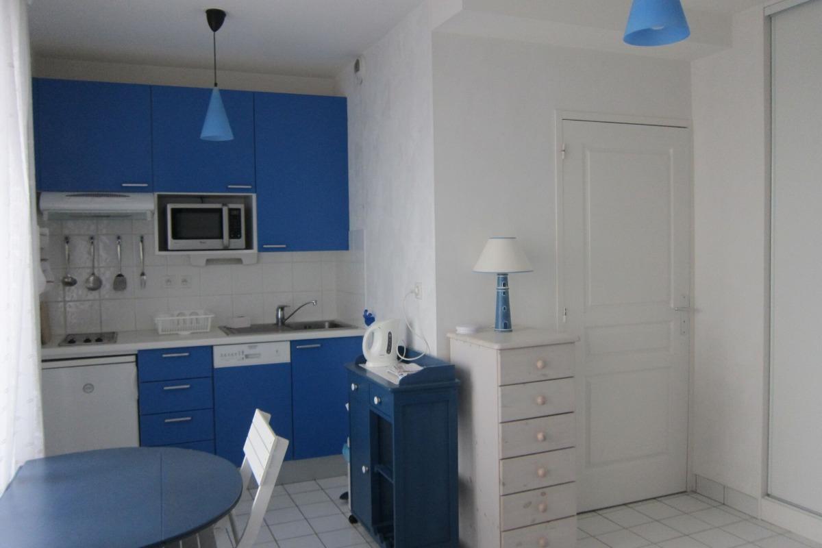 Coin cuisine et porte donnant sur la salle d'eau. - Location de vacances - Saint-Malo