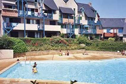 Cyprès 90, Domaine de la Varde. La piscine (sécurisée pour les enfants), tout près de l'appartement. - Location de vacances - Saint-Malo