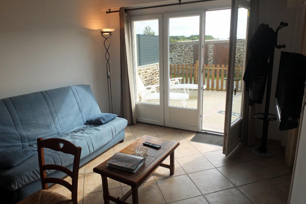 Le coin salon donnant sur la terrasse - Location de vacances - Saint-Coulomb