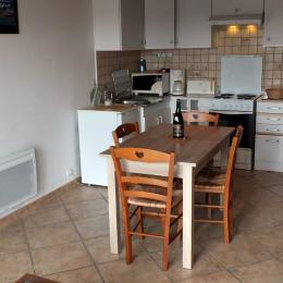 Le coin cuisine-repas et l'escalier d'accès à l'étage - Location de vacances - Saint-Coulomb