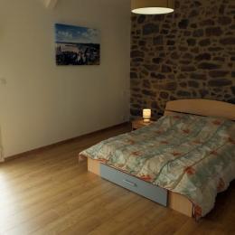 La grande chambre du 1er étage - Location de vacances - Saint-Coulomb
