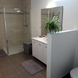 La salle d'eau du 1er étage - Location de vacances - Saint-Coulomb