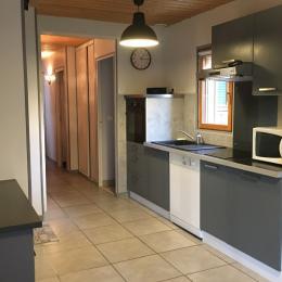 La pièce de vie et la cuisine aménagée - Location de vacances - Cancale