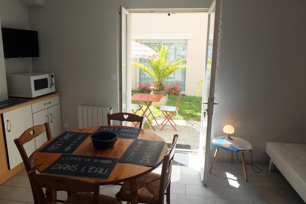 La cuisine en accès direct sur le jardin - Location de vacances - Saint-Malo
