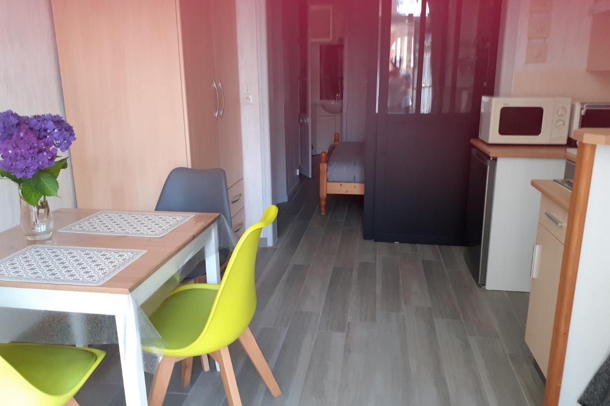 Séjour/cuisine- chambre au fond - Location de vacances - Dinard