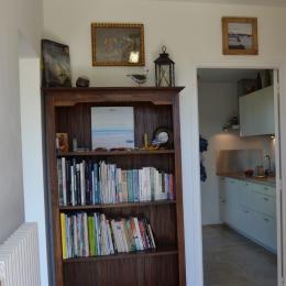 Entrée. Livres et documentation à disposition, wifi - Location de vacances - Saint-Malo